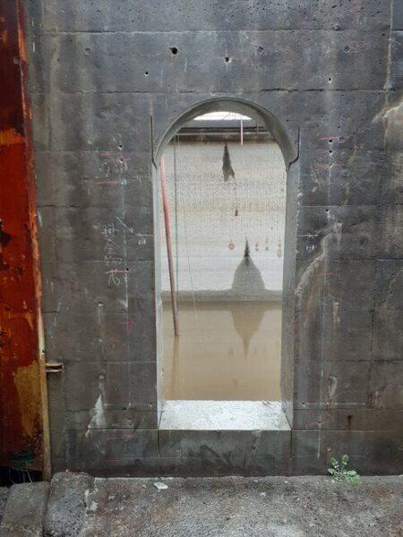 コンクリートの壁に出入り口